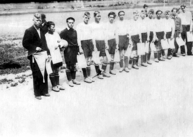 Беглов П.В. (слева). После победы в районных соревнованиях. Из архива Зернова И.