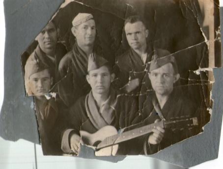 Гречишников П.П. (в центре с гитарой) с товарищами по госпиталю. Фото из архива Дрожалова Я.