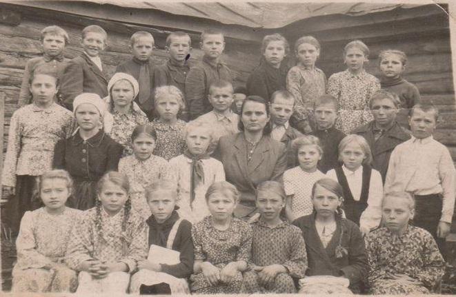 Чечикова Валентина Васильевна с одноклассниками. Из архива Чечиковой И.