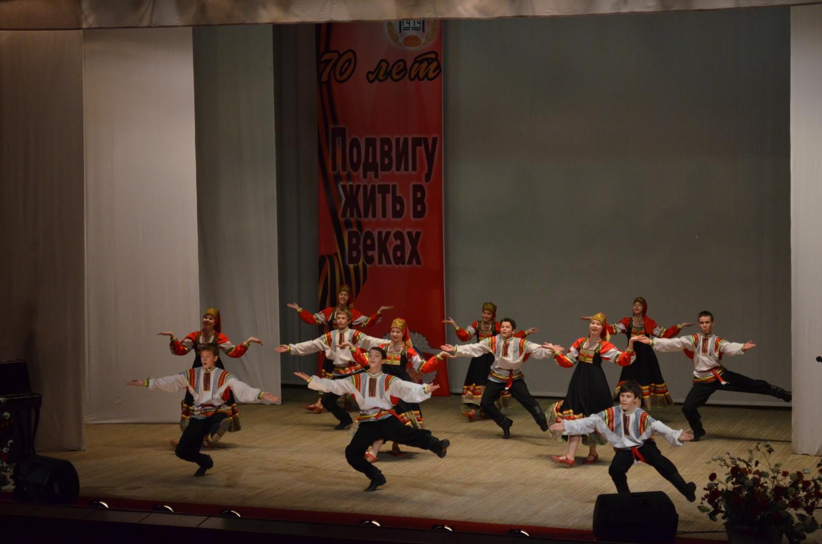 Танцует ансамбль Веснушки