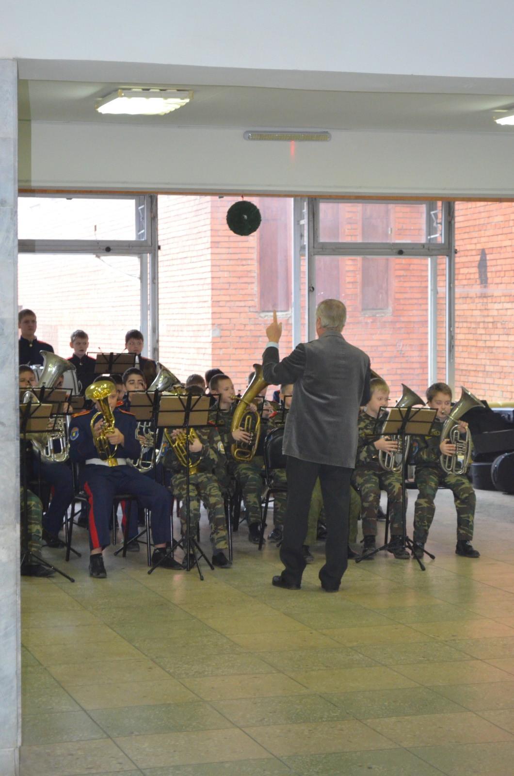 Духовой оркестр исполняет марши военных лет