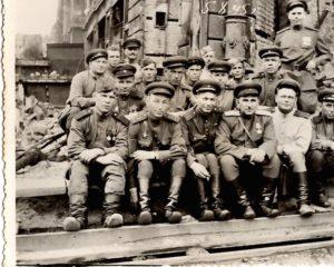 Рейхстаг наш! Морозов К.И. (первый ряд, второй слева). 8 мая 1945