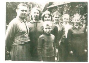 Жукова (Шевчук) Нина Михайловна (третья справа) с родственниками в послевоенное время