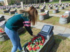 Правнучка Елизавета возлагает цветы