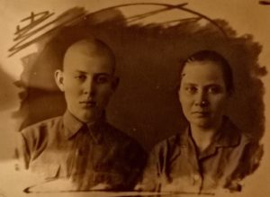 Фото с матерью - Чемодановой Марией Васильевной - во время обучения в медицинском училище
